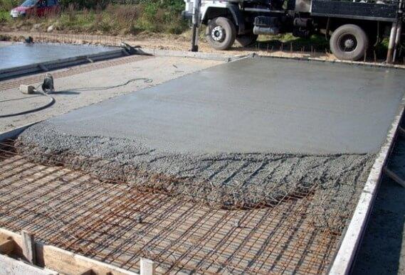 Утряска бетона штукатурка цементным раствором по саману
