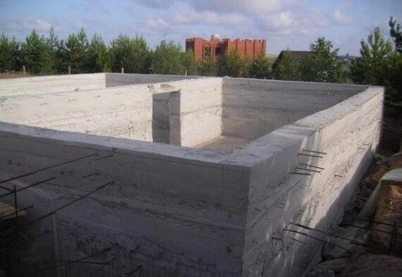 Цокольный этаж из монолитного керамзитобетона подача бетонной смеси в бункерах